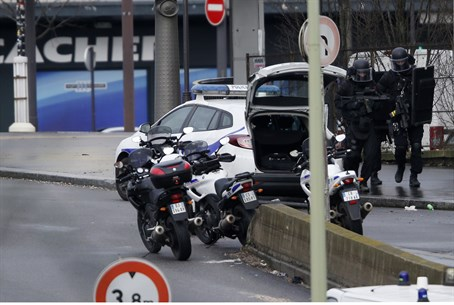 French police outside kosher supermarket in eastern Paris