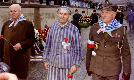 Former Dachau inmates take part in memorial service (file, 1995)