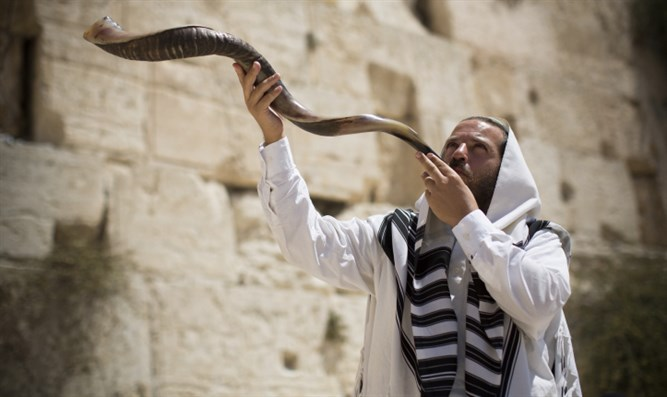 Blowing the shofar at the Western Wall
