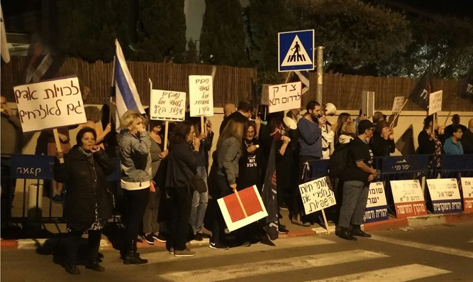 Residents of South Tel Aviv demonstrate in front of Supreme Court Justice Hayut's house